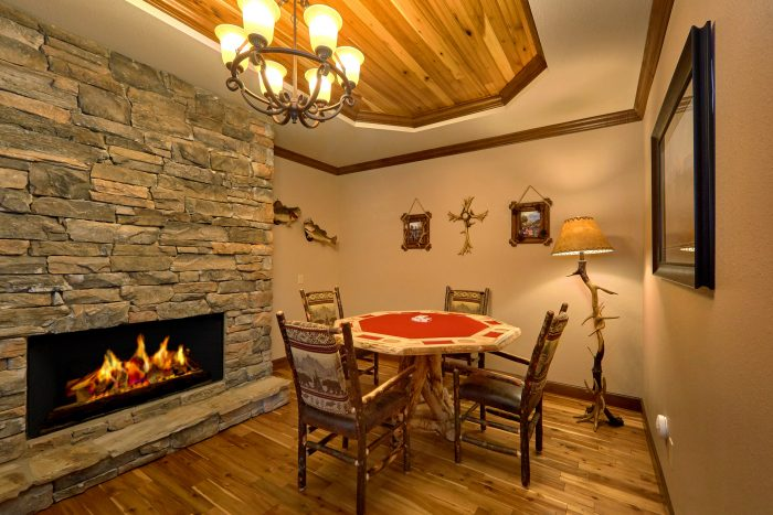 Luxurious Cabin with home office and Poker Table - Bluff Mountain Lodge